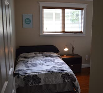 Central single bed - walk to MUN or downtown! - Ház