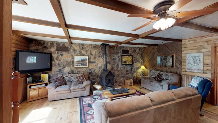 The Outback - In Town, Trailer Parking, Washer/Dryer, Fire Pit w/Outside Seating, Game Room, On Creek