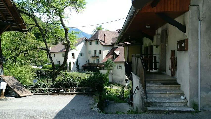 Maison de village au bord du lac