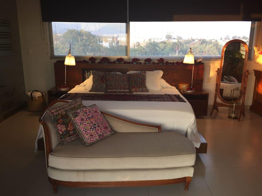 Exquisita cama con sábanas y almohadas de lujo para descansar
