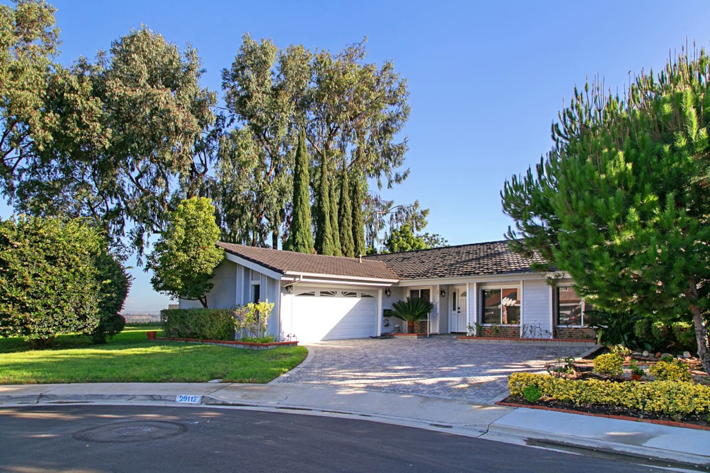 Beautiful Home located on a Cul de Sac in Laguna Niguel. Private corner lot with stunning city & mountain views. Minutes to the beach, shopping & dinning.