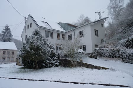 Sehr große Eifel Ferienwohnung, nähe Luxemburg - Zweifelscheid - Társasház