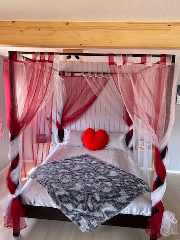 Vous pourrez dormir dans un lit baldaquin, équipé de sa literie pour deux personnes