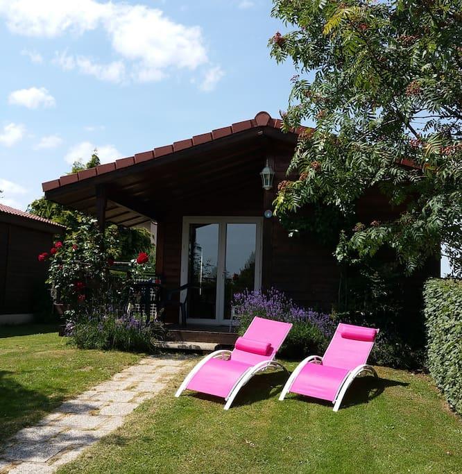 Chalet l'été avec 2 chaises longues à disposition