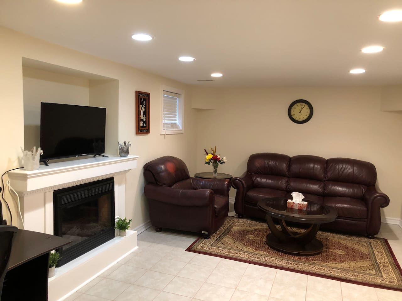 Living room with desk and TV - Netflix