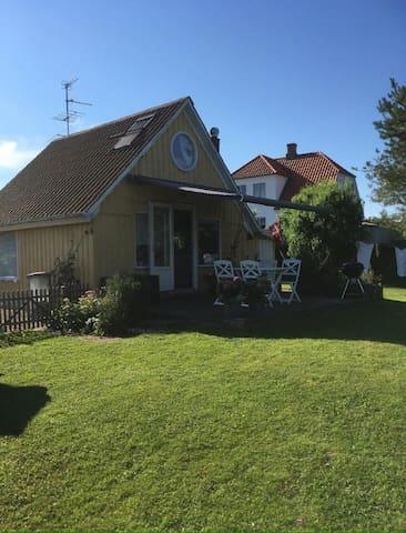 Lille hytte i skøn natur tæt ved badestrand