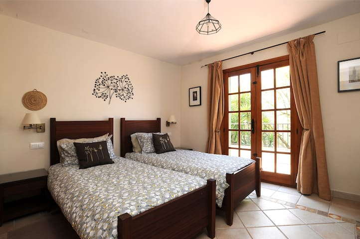 Twin bedroom with en-suite (can become a super king double)