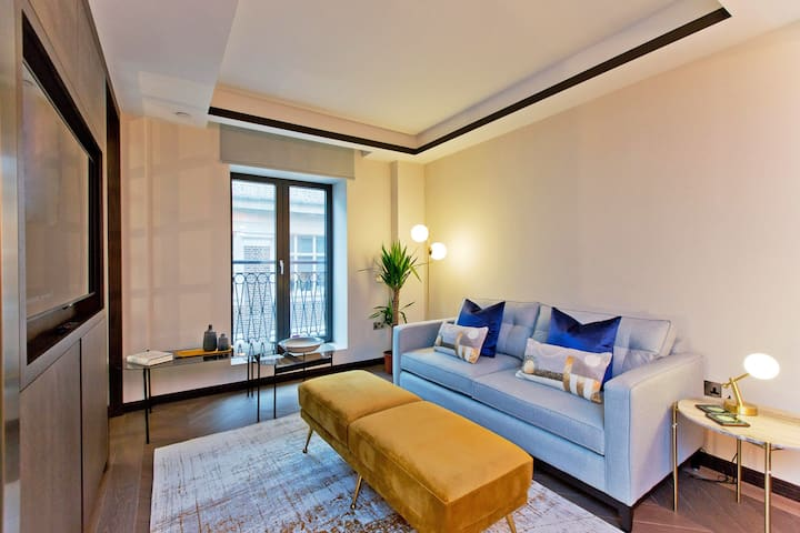 Chic one bedroom at Golden Square