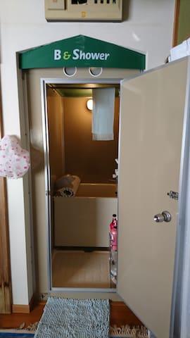 裏、1F 桜(SAKURA)専用風呂、、洗濯機、冷蔵庫、TV.キッチン、トイレがあります
