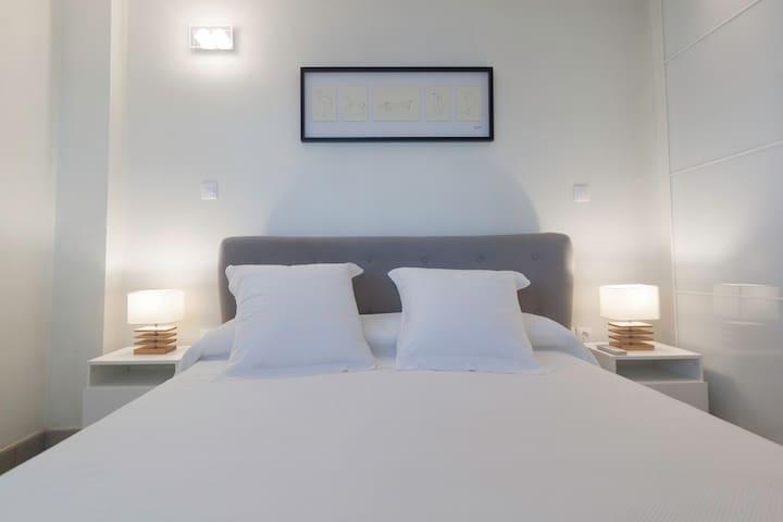 El segundo dormitorio también es muy minimalista y acogedor.