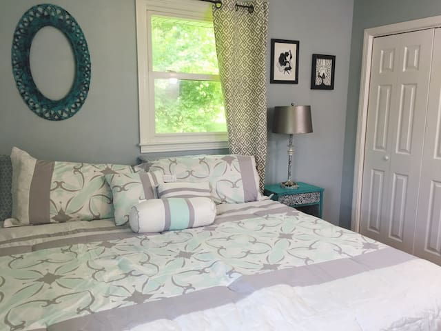 Stylish Serene Room Near Downtown!