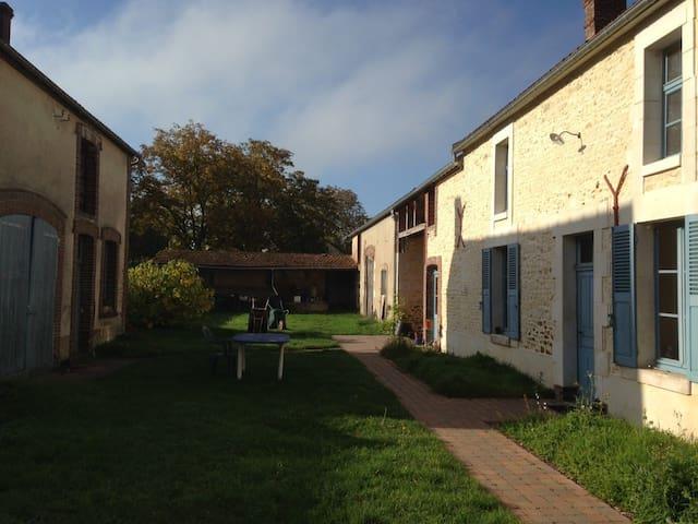 Chambres d'hôtes Le Taraut - Charbuy - Bed & Breakfast