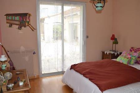 Agréable chambre bohémienne dans villa au calme - Beaulieu - Guesthouse