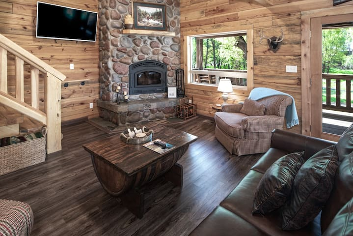 Clearwater Cabin, 3 bedrooms, Hot Tub, Near Town, Sleeps 10