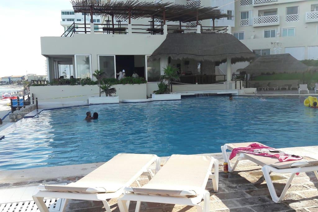 piscina y camastros gratuitos