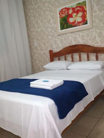 Foto ilustrativa. Reserva inclui apenas roupa de cama (lençol e fronhas). *ar-condicionado pago a parte.