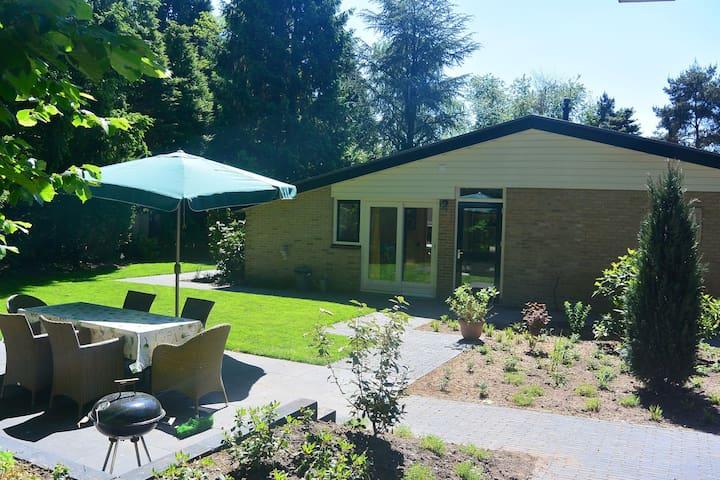 Sfeervolle bungalow in Voorthuizen met grote omheinde tuin