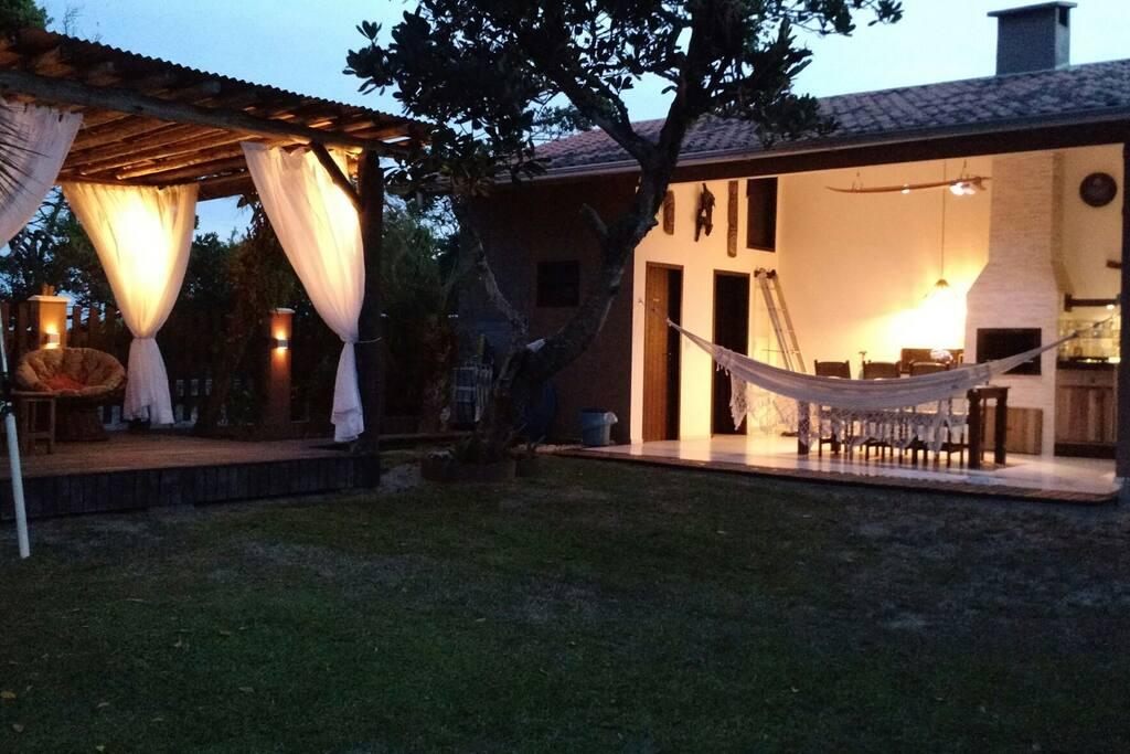 Casa com área interna integrada e toda climatizada