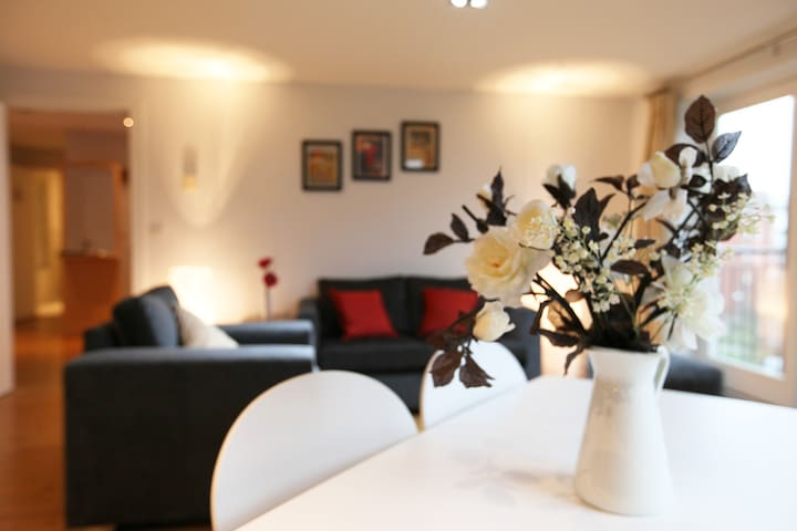 For Groups Luxury 2 bed Apt 2 mins from station