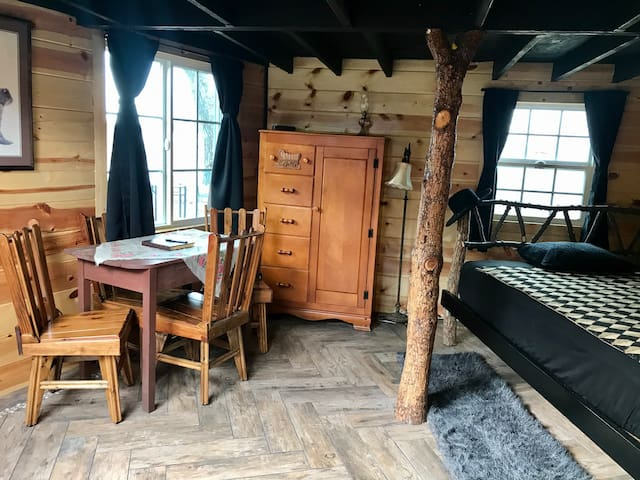 New unique 5 sided log cabin on the lake with loft