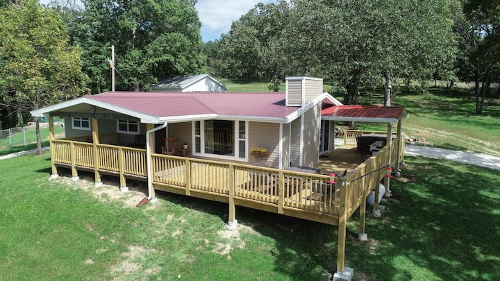 Perfect getaway 1 hour from St. Louis. Sleeps 8!