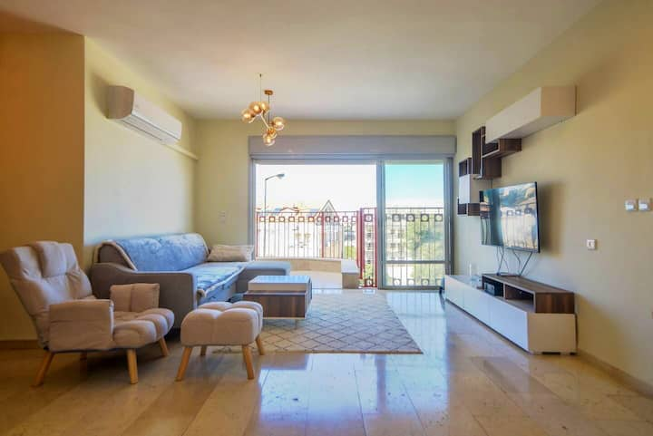 Stylish &Comfy | 5★ Location, ♛Queen Bed, Balcony.