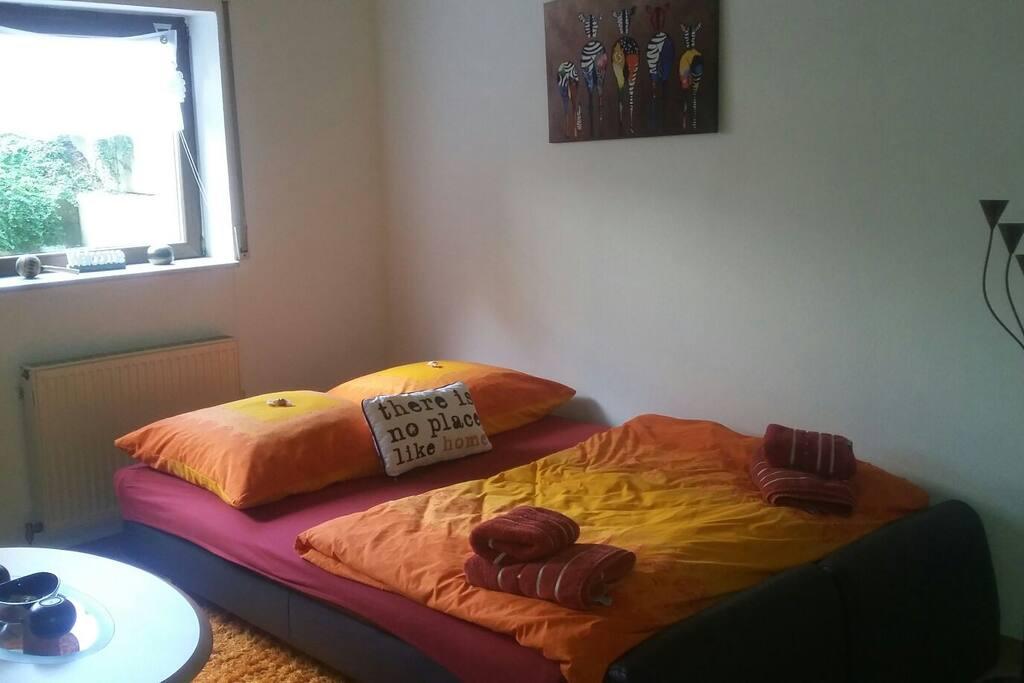 Aufbettung im Wohnzimmer für weitere 1- 2 Personen möglich  (ca140cm Breite )