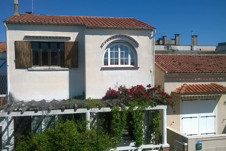 L'appartement est au premier étage d'une villa