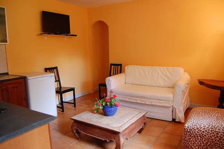 Orange Cottage&garden-Appia Park-free parking area