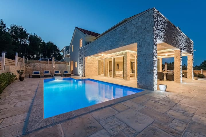 New villa Anouk with pool 20 min Hvar town
