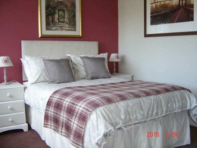 STUNNING SPACIOUS DOUBLE ROOM + EN-SUITE SLEEPS 3 - Romford - Casa