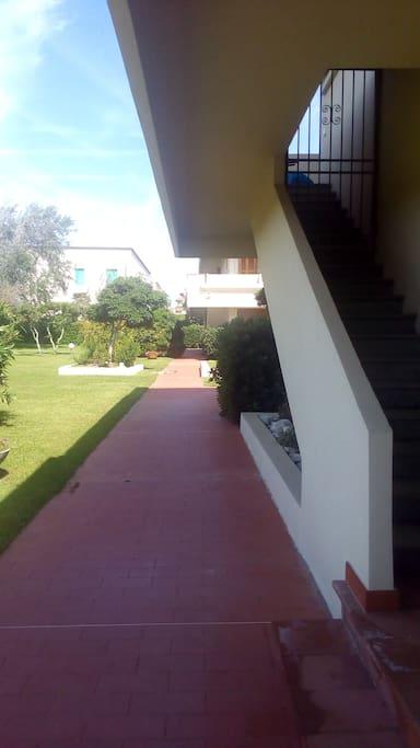 Entrata sul giardino. Entrance in the garden.