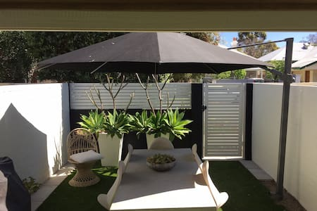 Stylish Townhouse Perfect Location - Subiaco - Townhouse