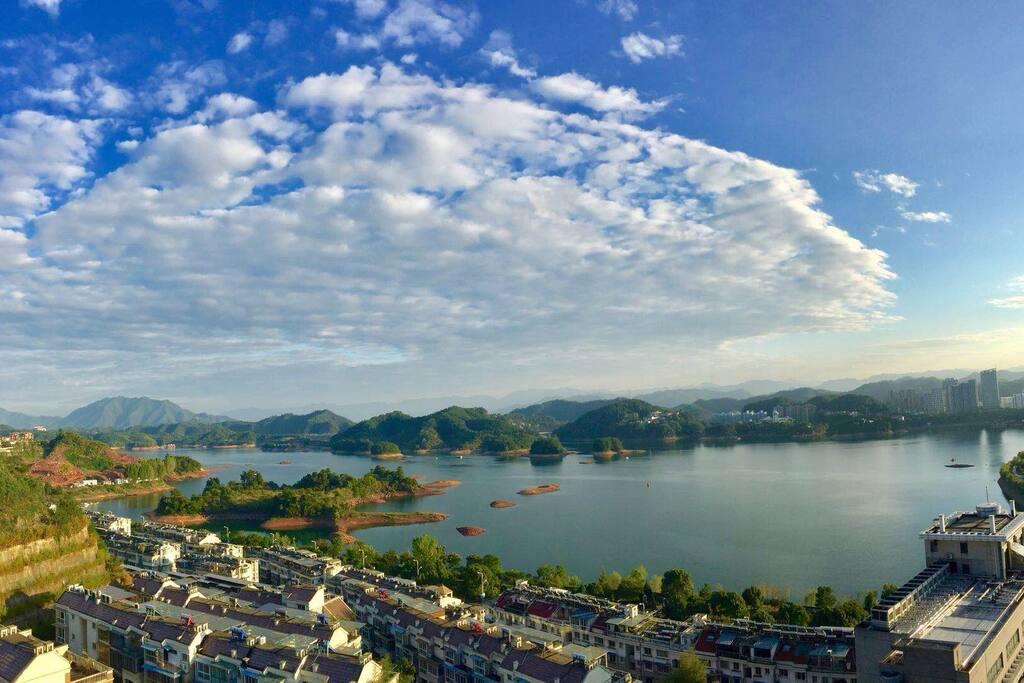 晴天的无敌窗景 千岛湖的碧水蓝天尽收眼底