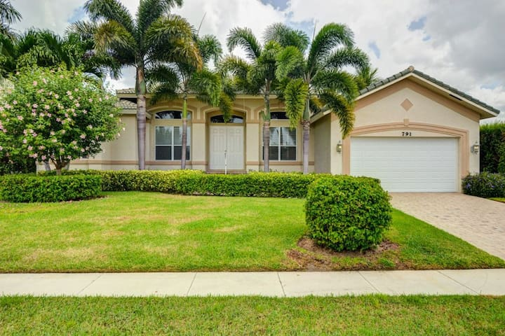 ROSE CT. 791 LUXURY WATERFRONT POOL HOME!