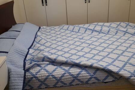 더블 침대가 있는 가운데 방입니다 부부나 친구 추천 드려요~^^