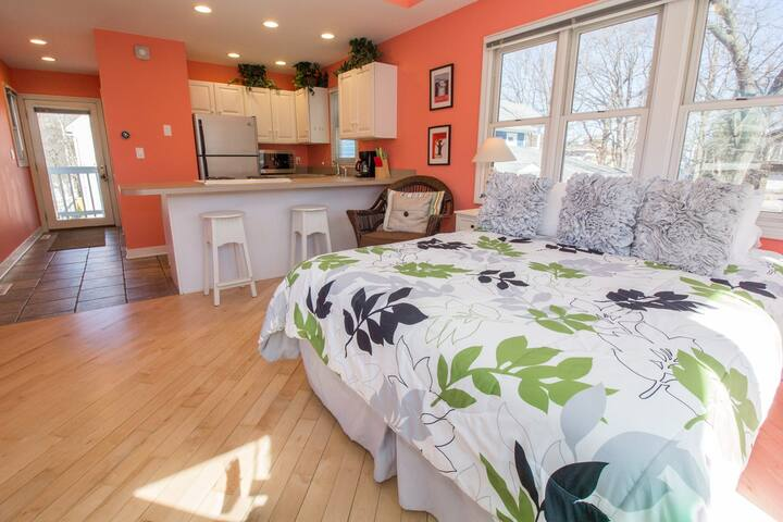 Night & Day Beach Couples Getaway with Hot Tub - Michigan City - Guesthouse
