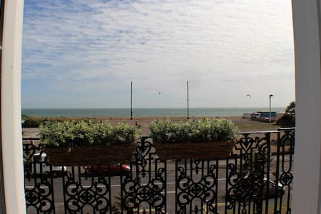 Stylish seaview flat in Grade 2 listed house - Folkestone
