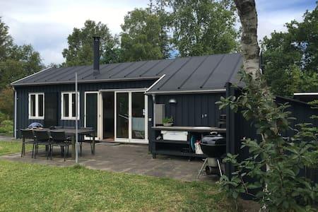 Hyggeligt sommerhus et par stenkast fra stranden - Grenå