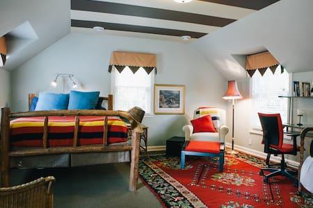 Spacious, quiet suite in 1935 house. Private bath. - Minnetonka - Dům