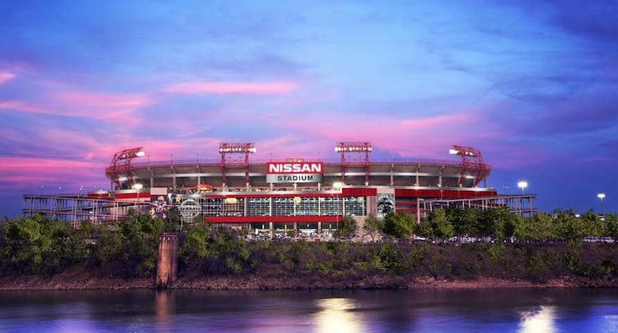 1 mile from Nissan Stadium!