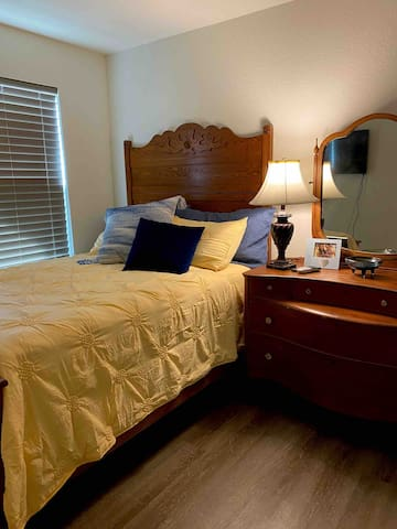 Cozy Little Room Just 3 Miles to Gruene!