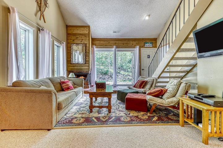 Charming, cabin-like setting with great mountain views and ski access!