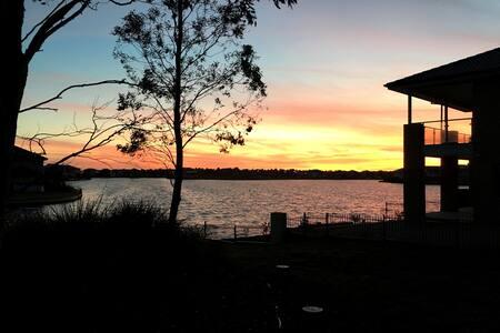 Deluxe lake view house 20mins melbourne CBD - Point Cook - Villa