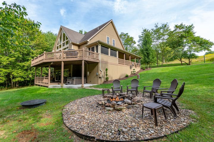 Lake Access home w/ pool table, private basketball court & hot tub!