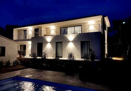 Chambre avec sdb privée, maison avec piscine