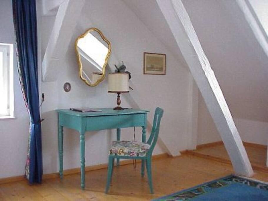 Schlafzimmer im 1. OG - kleiner Schreibtisch