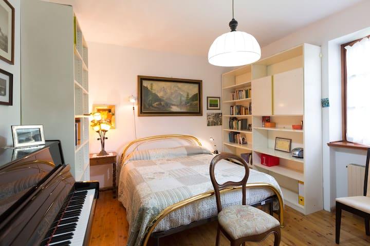 Camera matrimoniale con pianoforte per chi lo sa suonare