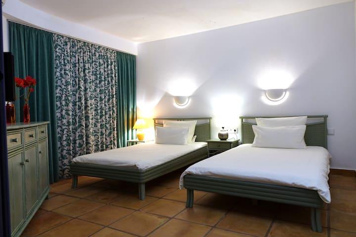 Das große Schlafzimmer unten mit zwei Einzelbetten von 120cm x 200cm