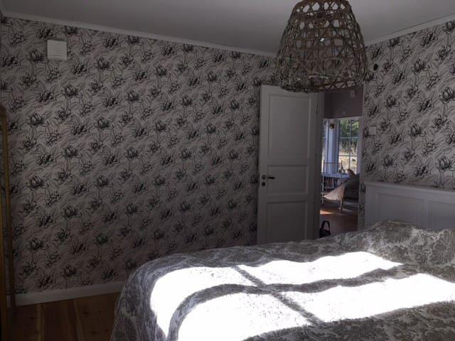 stora sovrum på nedervåning med skön dubbelsäng